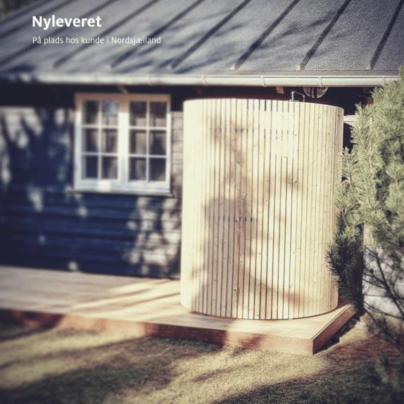 Nordic Seashell Outdoor Shower. Udendørs bruser i dansk design. Foto fra sommerhus.
