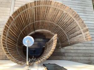 Udendørs bruser fra Nordic Seashell. Vores Designer-bad fra Bornholm i bæredygtig design. Modellen på foto er fra eget sommerhus på Bornholm og har stået ude i 5 år. Har fået naturlig smuk patina.